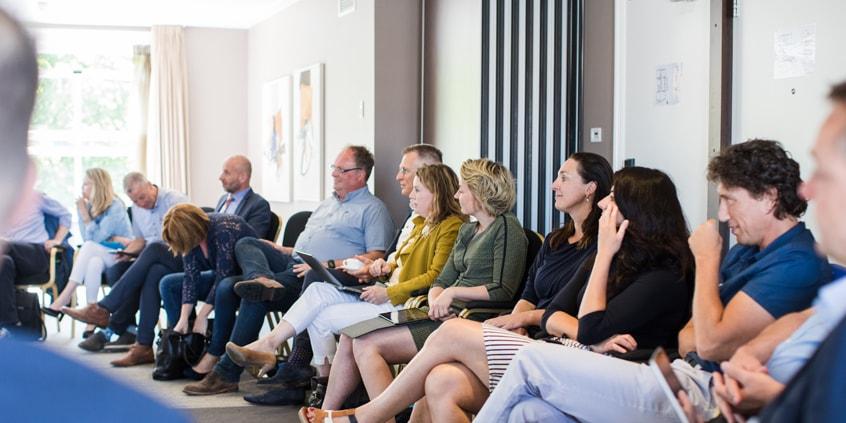 Foto van de leden tijdens een bijeenkomst